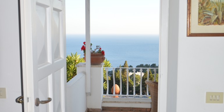 Appartamento con terrazza vista mare | caprinnimmobiliare.com ...